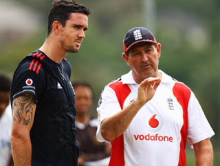 Graham Gooch gives Kevin Pietersen some tips ahead of the First Test.