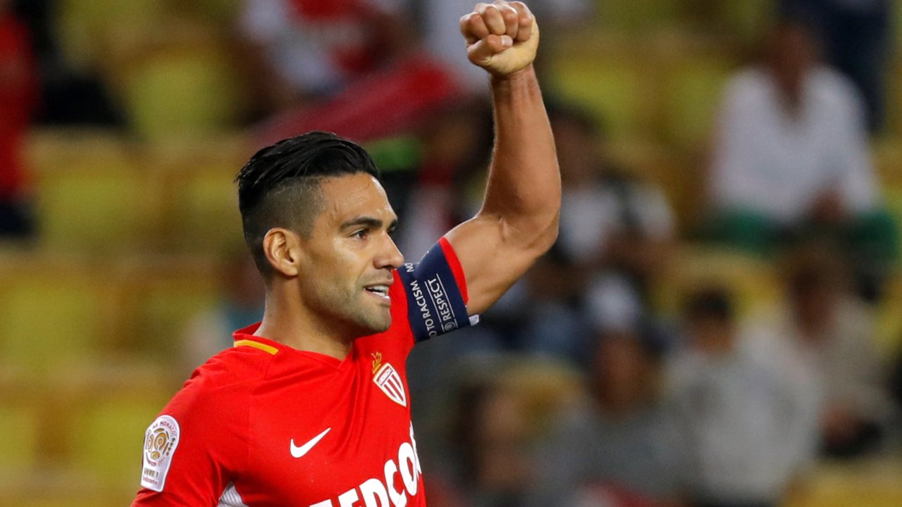 With 13 goals in 9 Ligue 1 fixtures, Radamel Falcao leads Cavani by 4 in scoring race